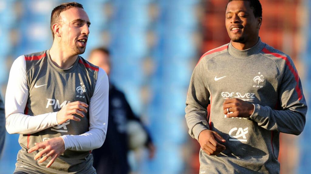 TILBAKE: Franck Ribery og Patrice Evra småjogger før Frankrikes kamp mot Luxembourg. Foto: AFP PHOTO / FRANCK FIFE / SCANPIX