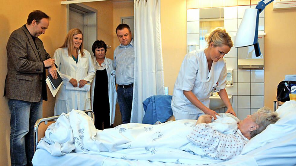 - TAR TIDEN: Ifølge dokumentarist Håvard Bustnes viser dette bildet en ansatt ved Ernst & Young (til venstre) som tar tida på en sykepleier ved Ullevål sykehus. Nærbilder av stoppeklokka har blitt klippet vekk fra dokumentarfilmen når NRK viser den i kveld. Foto: Faction Film