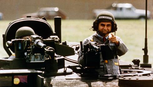 PR-BOM: Valget i 1988 huskes også for en litt utilpass Michael Dukakis i en tanks. Seansen var ment som et svar til dem som mente Dukakis ikke ville bli noen god øverstkommenderende, men ble en gedigen PR-fiasko. Bush-kampanjen brukte det for alt det var verdt. Foto: AP Photo / Michael E. Samojeden / NTB scanpix