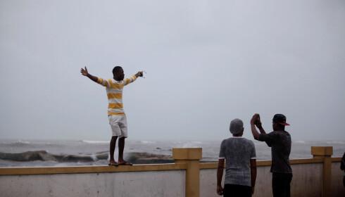 KLAR FOR UVÆR: En mann poserer foran orkanen Matthew i Les Cayes, på Haiti. Frykten for at orkanen kan lage store ødeleggelser er stor. Foto: Andres Martinez Casares / Reuters / Scanpix