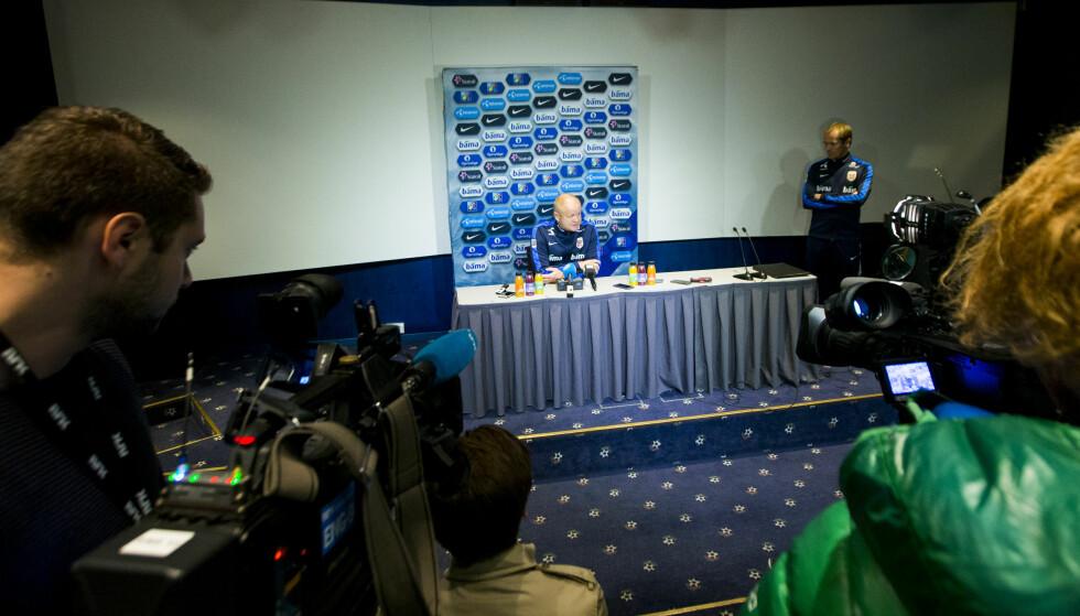 PRESSEKONFERANSE: Per-Mathias Høgmo på kveldens pressekonferanse. Til høyre kommunikasjonsdirektør Svein Graff. Foto: Vegard Wivestad Grøtt / NTB scanpix