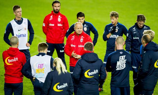 KOM IGJEN, GUTTER: Per-Mathias Høgmo samlet spillerne i midtsirkelen på kveldens trening. Lørdag er det Aserbajdsjan i VM-kvalifiseringen som gjelder. Foto: Vegard Wivestad Grøtt / NTB scanpix