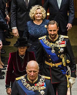 TAUS HOFFSJEF: Hoffsjef Gry Mølleskog, bakerst, er ansvarlig for pengebruken ved hoffet. Her under Stortingets åpning denne uka. Foto: Fredrik Varfjell / NTB scanpix