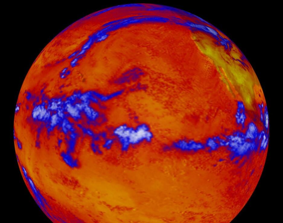 STILLEHAVET: Dette bildet, tatt med et varmesensitivt kamera 6. oktober 2014, viser varme som stråler ut fra Stillehavet. De blå flekkene er skyer. - For å kunne hevde at en ekstra varme har gått i havet må man først kunne beregne hvor mye av temperaturøkningen i havet som skyldes naturlig variasjon, og det kan man ikke, skriver artikkelforfatteren. Foto: AFP / NASA