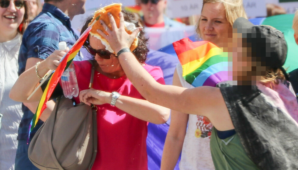 ANGREPET: Likestillings- og inkluderingsminister Solveig Horne (Frp) ble under Pride-paraden i Oslo 25. juni angrepet med ei barberskumkake av den domfelte britiske kvinnen. Foto: Erik Fosheim Brandsborg / NTB Scanpix