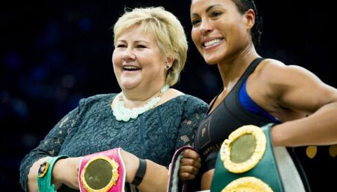 I BOKSERINGEN: Erna Solberg poserte sammen med Cecilia Brækhus etter den første kampen i proffboksing i Norge etter at forbudet er opphevet.. Foto: Vegard Wivestad Grøtt / NTB scanpix