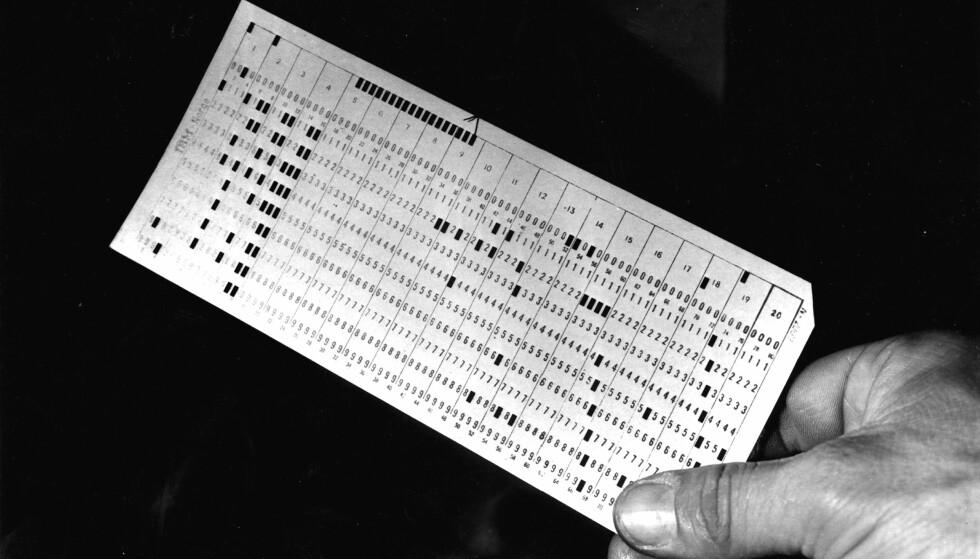 LANG TRADISJON: Ok, dette bildet er fra gamle dager, i 1953 da Norsk Gallup Institutt foretok meningsmålinger og overførte svarskjemaene til hullkort, den tidlige utgaven av databehandling. Foto: Aktuell / NTB Scanpix
