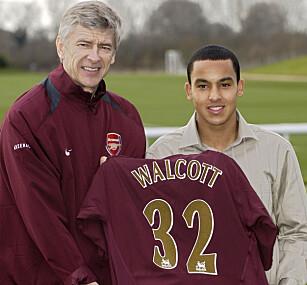 2006: Wenger og Walcott da 16-åringen signerte for Arsenal. Foto: AFP PHOTO/ANDREW STUART
