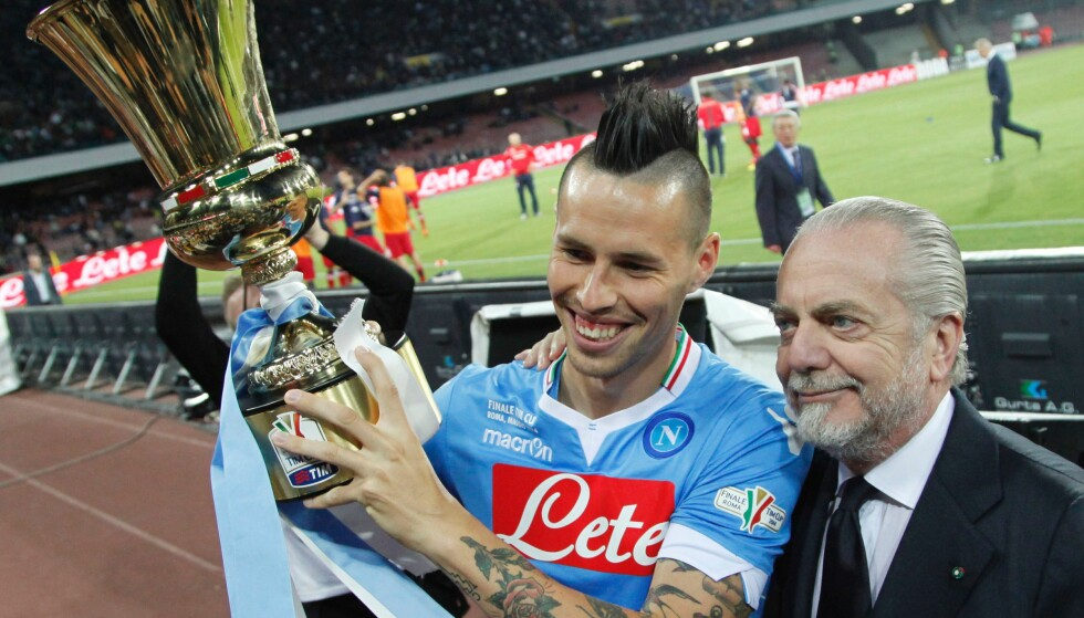 GÅR UT MOT AGENTER: Napoli-president Aurelio De Laurentiis. Her sammen med Marek Hamsik og en pokal. Foto: NTB Scanpix