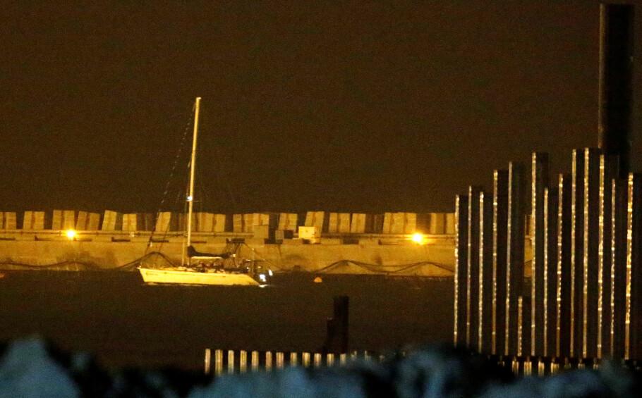 BORDET: Her blir aktivistbåten «Zaytouna-Oliva» eskortert til havnen i Ashdod i Israel, etter å ha blitt bordet av israelsk marinemannskap. Blant passasjerene var en norsk student, flere parlamentarikere og den nordirske fredsprisvinneren Mairead Maguire. Foto: Amir Cohen/Reuters