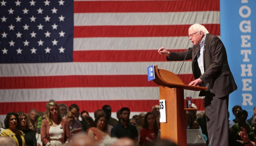 STØTTER HILLARY: Senator Bernie Sanders brukte den nordiske modellen som et forbilde for et framtidig USA da han forsøkte å bli demokratenes presidentkandidat, skriver kronikkforfatteren. Her driver han valgkamp for Hillary Clinton i Wisconsin onsdag. Foto: NTB Scanpix