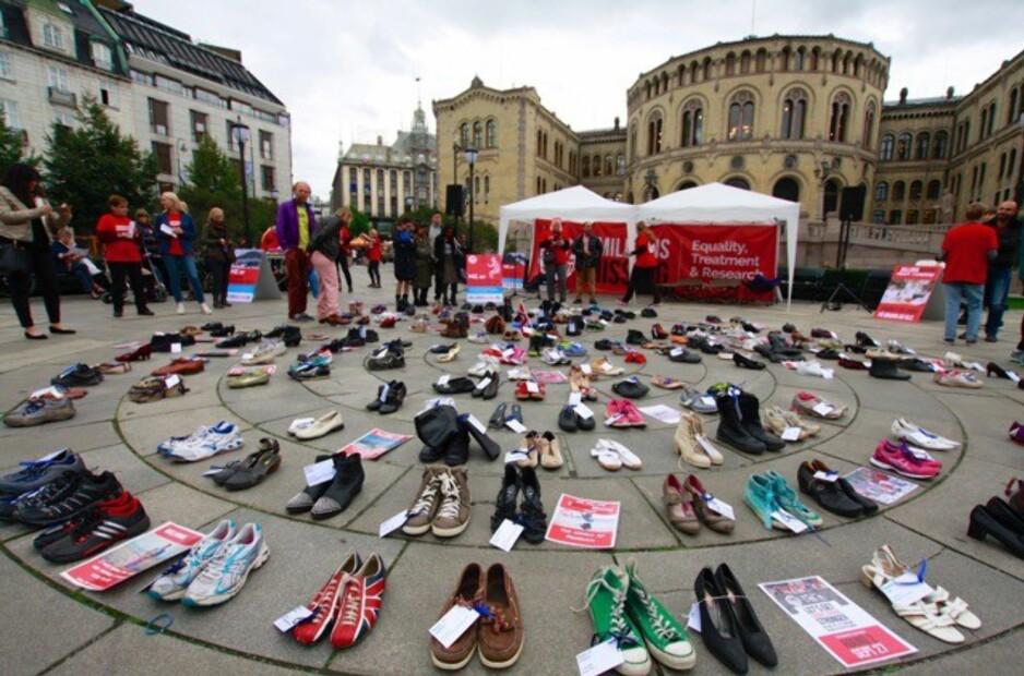 MARKERING: 27. september var vel 300 ME-pasienter utenfor Stortinget i regi av Millionsmissingnorway. Over 250 par sko representerte de som også ønsket å komme, men som er for syke. Foto: privat.