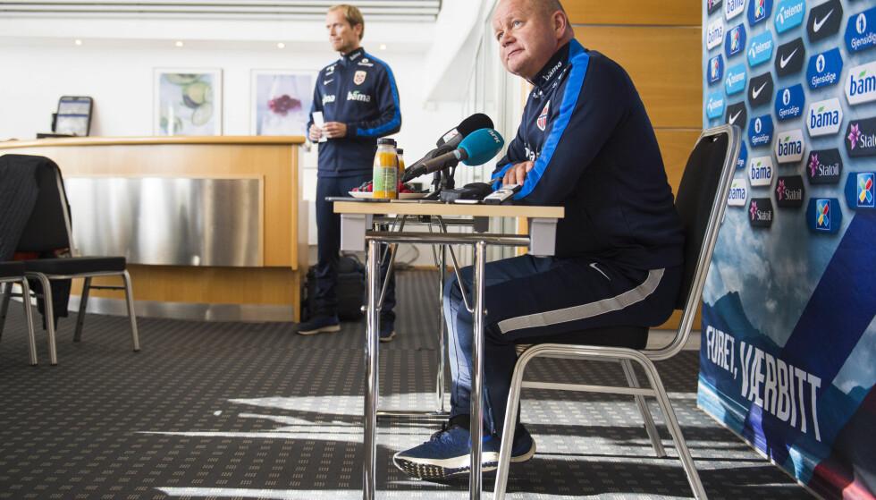 ENKLE KÅR: Liten prakt på landslagets pressekonferanse og smått med flammende diktlesning. FOTO: Fredrik Varfjell / NTB scanpix.