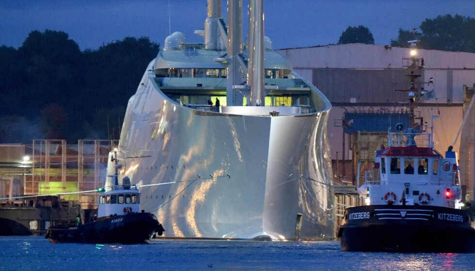 PRØVETUR: Da «Sailing Yacht A» skulle på prøvetur denne uka, måtte taubåtene til pers for å få den enorme seilskuta ut av havna i Kiel. Foto: NTB Scanpix