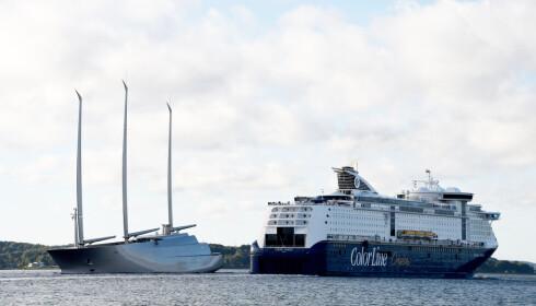MORN DU: På prøveturen utenfor Kiel denne uka, møtte super-yachten Kielferga på vei til Oslo. Foto: NTB Scanpix