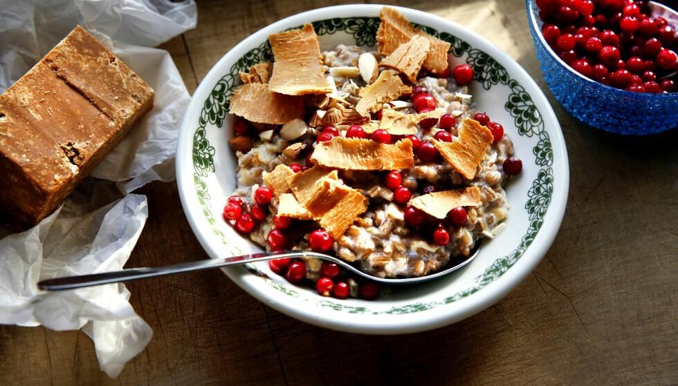 SETERGRØT: Grøt på spelt og havre overstrødd med nøtter, tyttebær og rause skiver brunost. Det er norsk, det. Foto: METTE RANDEM