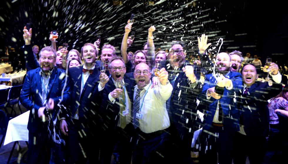 SKUP-SEIER: Champisen sprutet og stemningen sto i taket da Dagbladet i april 2016 vant Skup-prisen for beste gravejournalistikk for tredje året på rad. Foto: Gard L. Michalsen /Medier24