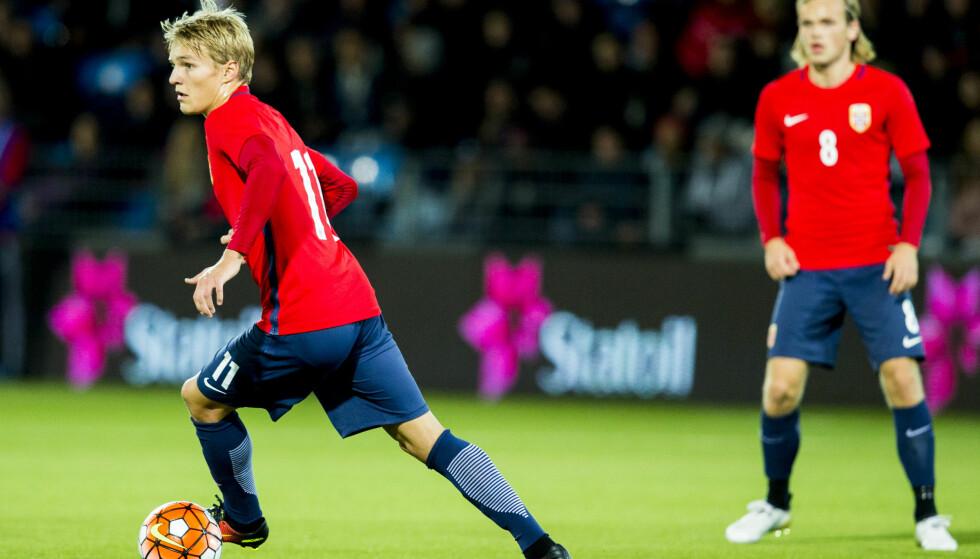 SENTRAL: Martin Ødegaard spilte en meget god kamp mot Kasakhstan. Her er han med Iver Fossum (t.h.) under kampen mot Sveits tidligere i kvaliken. Foto: Vegard Wivestad Grøtt / NTB scanpix