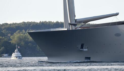 <b>TUT-TUT:</b> Ferga ser forholdsvis minimal ut i forhold til baugen på den enorme seilbåten. Foto: NTB Scanpix
