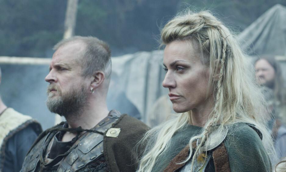 VIKINGER: Mads Jørgensen og Silje Torp i humordramaet «Vikingane». Foto: NRK
