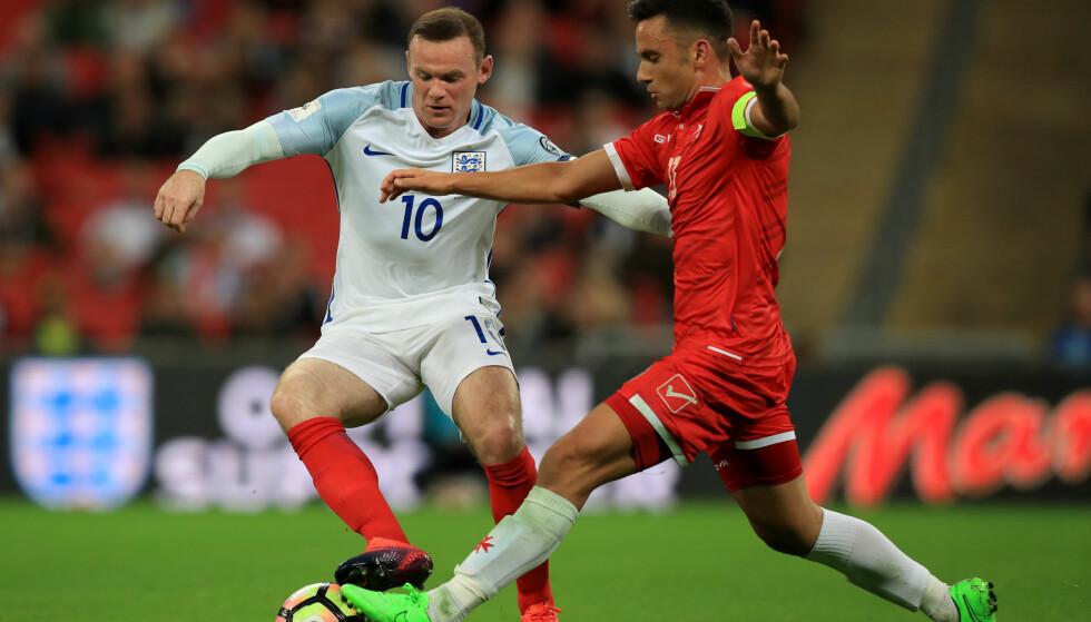 TOPPER GRUPPA: Wayne Rooney og hans England topper sin gruppe etter seier mot Malta, lørdag. Her mot Andre Schembri. Foto:Mike Egerton/PA Wire.