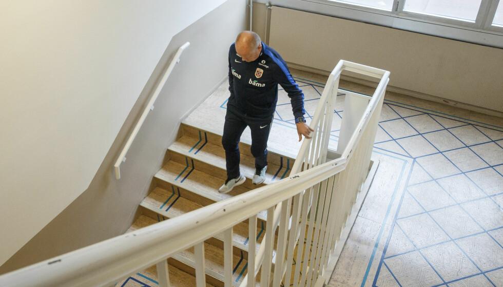 """ALENE: Tøffe dager for Per-Mathias Høgmo etter 0 - 1 tapet i Baku. Men en såkalt """"skandalekveld"""" holder ikke til å bytte trener. FOTO: Cornelius Poppe / NTB scanpix."""