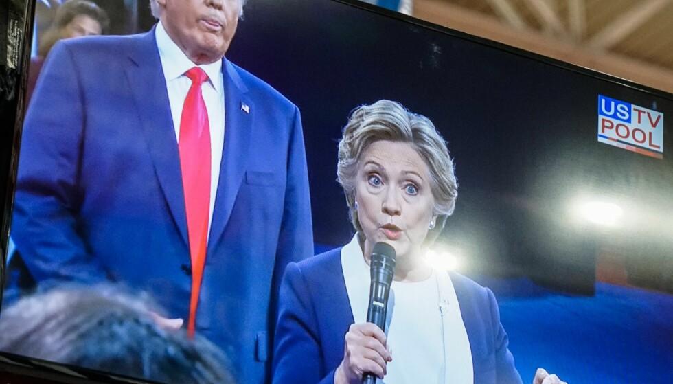 TETT PÅ: Trump stilte seg flere ganger rett bak Clinton mens hun besvarte spørsmål. Foto: Øistein Norum Monsen