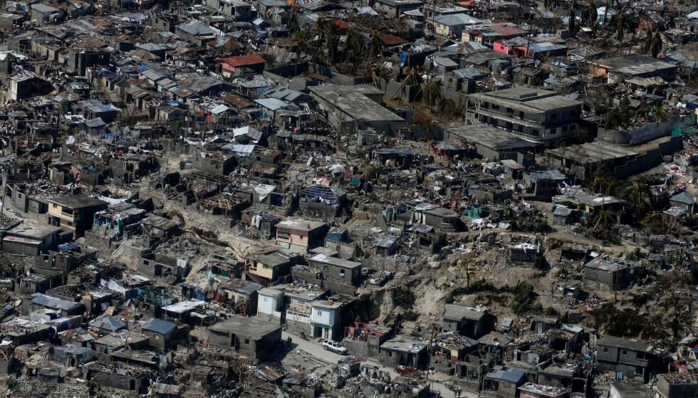 JEVNET MED JORDA: Ødelagte hus i byen Jérémie sørvest i Haiti. Foto: Reuters / NTB Scanpix.
