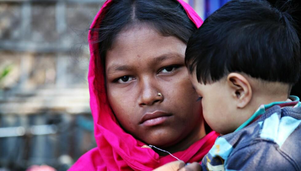 13 ÅR: To av tre jenter i Bangladesh gifter seg før de er 18 år. Sonhita (13) ble giftet bort da hun var 10 år gammel og mannen var 16 år. Hun måtte slutte skolen og legge drømmen om å bli lærer på hylla. I dag er hun mor til en datter på et halvt år og driver et hushold lik en voksen kvinne. Foto: Plan International