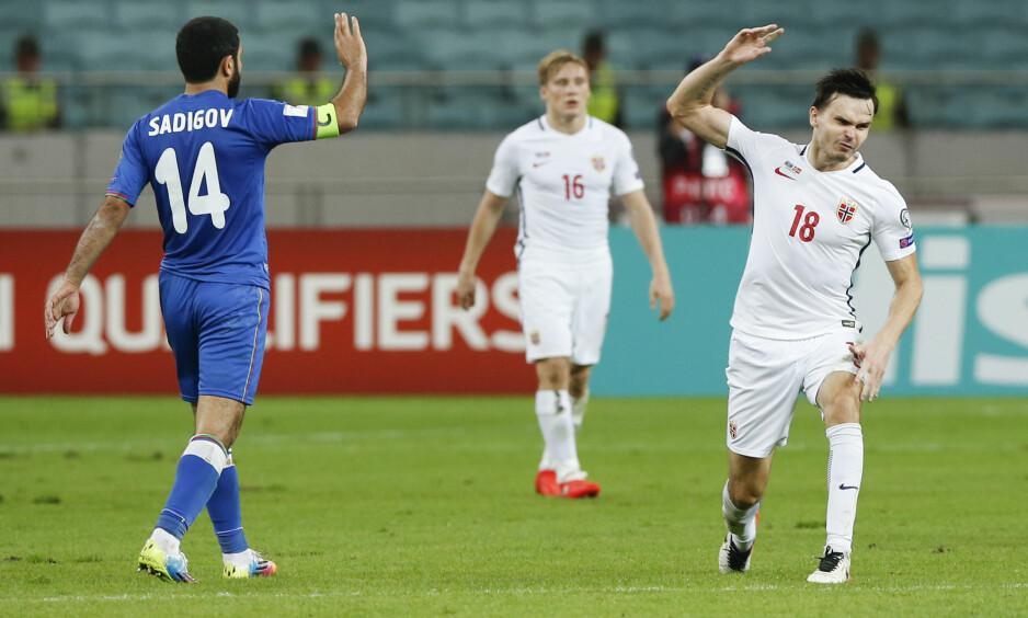 SINT: Ole Selnæs (til høyre) var forbannet på dommerteamet etter 0-1-tapet for Aserbajdsjan lørdag. Foto: Terje Pedersen / NTB scanpix