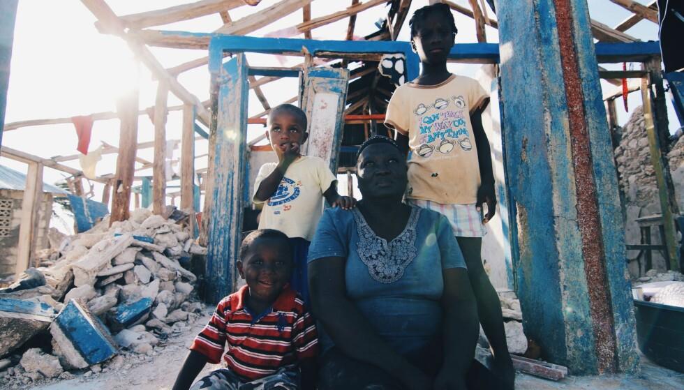 TOMT SKALL: Lucina Bolt (67) passer på barnebarna mens foreldrene jobber i Port-Au-Prince. Da stormen Matthew kom, mistet familien alt, ifølge hjelpearbeidere fra Star of Hope Norge. Fotograf: Jakob Knutsen/Star of Hope Norge