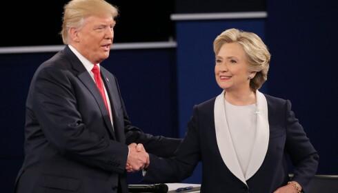 KONTROVERSIELL: Donald Trump tar demokratenes presidentkandidat Hillary Clinton i hånda etter debatten søndag. Foto: Gary He/ EPA/ NTB Scanpix