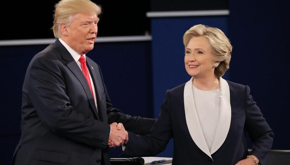 MOTSTANDERE: Republikaneren Donald Trump og demokraten Hillary Clinton etter deres andre debatt. Foto: GARY HE/EPA/SCANPIX