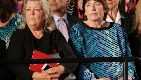 FIKK PLASS: De fikk alle plass under debatten, men ikke i VIP-boksen. Her ser vi Juanita Broaddrick (t.v.) og Kathy Shelton. Foto: EPA / NTB Scanpix