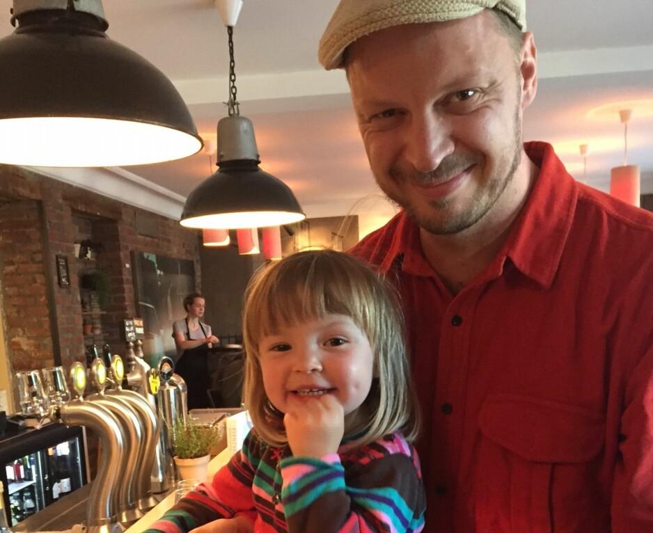 STOLT: Karla Siverts startet på en kokebok om norske råvarer i fjor. Boka er nå fullført, etter hennes død. Ektemannen Thorleif Linhave tror kona ville vært stolt over resultatet. Her med datteren Juno. Foto: TINE FALTIN