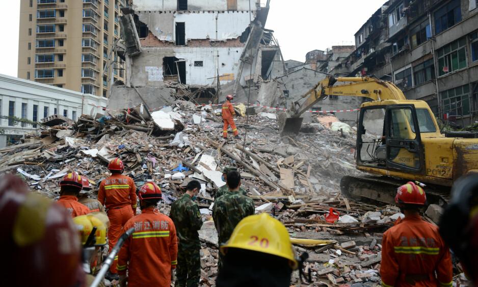 Ruinene etter boligblokken som kollapset i byen Wenzhou øst i Kina, er cirka tre etasjer høy. Bygningen kollapset mandag. Minst 22 mennesker omkom som følge av bygningskollapsen. Foto: Reuters / NTB Scanpix