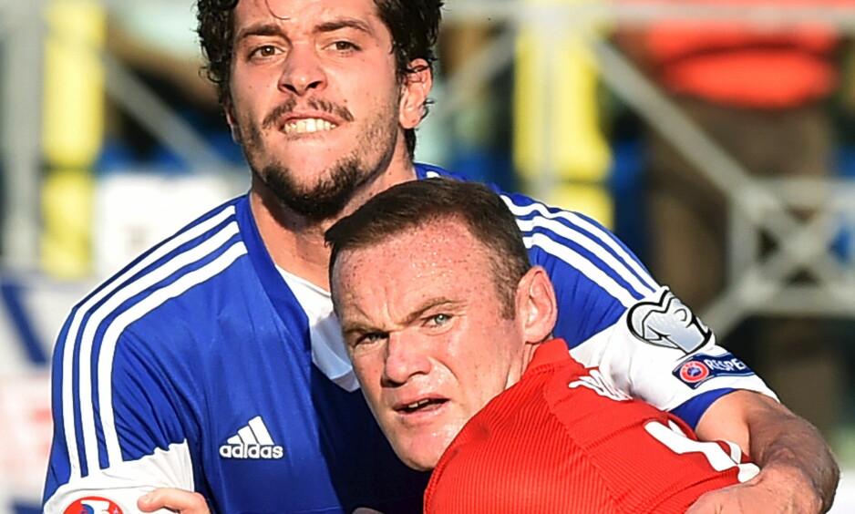 STOROPPGJØR: Nicola Chiaruzzi i duell med Wayne Rooney. Foot: NTB Scanpix