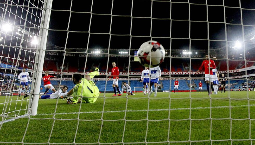 SEIER: Ole Selnæs var med å slå San Marino 4-1 i går kveld. Her setter Martin Samuelsen inn 3-1 målet. Foto: Bjørn Langsem