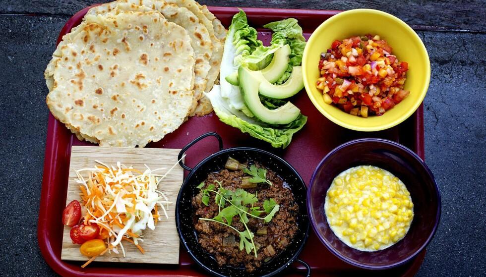 EKSTRA GOD FREDAGSTACO: Jan Robin Ektvedt inviterer til tacofest med hjemmelagde lefser, en supergod tomatsalsa, kremet mais og kjøttdeig krydret med sin egen krydderblanding. Foto: METTE MØLLER