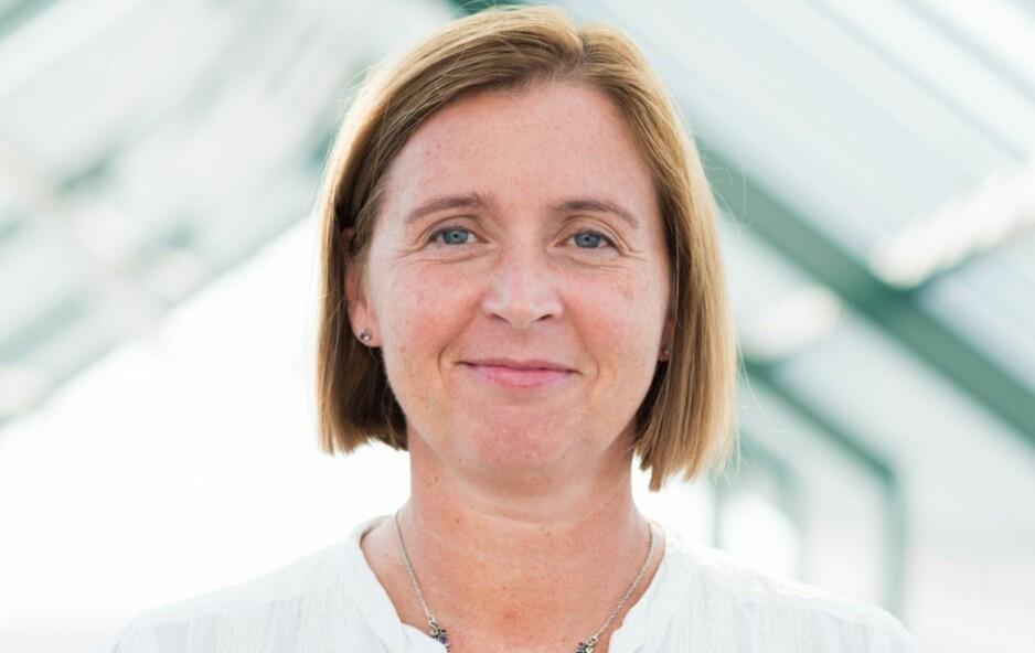 FORKLARER: Direktør ved GenØk - Senter for biosikkerhet, Anne Ingeborg Myhr, forklarer hva forskningssenteret driver med. Foto: Edvard Kristiansen