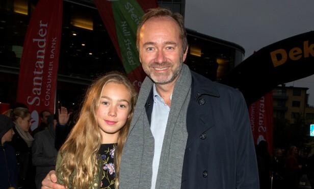 GLEDER SEG: Trond Giske har med seg datteren Una (13) på filmpremiere. Samboeren Haddy N'jie er hjemme med lille Maria. Foto: Andreas Fadum