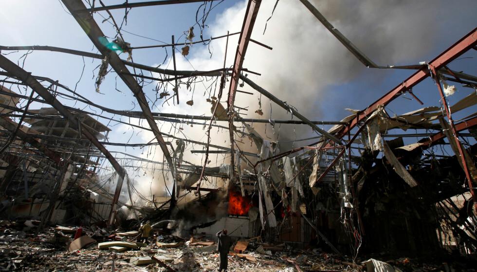 DETTE VAR EN SAMFUNNSHALL: Røyk stiger fortsatt opp fra samfunnshuset som ble bombet av den saudi-arabisk-ledede koalisjonen. Minst 100 personer ble drept og mer enn 500 skadd, inkludert en rekke barn. Foto. Khaled Abdullah / Reuters / Scanpix