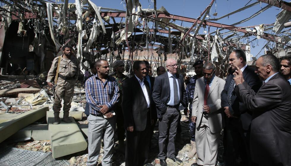 INSPISERER BEGRAVELSES-LOKALET: FNs humanitære sjef i Jemen, Jamie McGoldrick (midten), er på plass i det som en gang var et samfunnshus, to dager etter det saudi-ledde bombeangrepet. Flyene bombet huset idet flere hundre mennesker var på plass for å begrave Ali al-Rawishan, faren til den Sanaa-baserte innenriksministeren, Jalal al-Rawishan. Foto: Hani Mohammed / Ap / Scanpix
