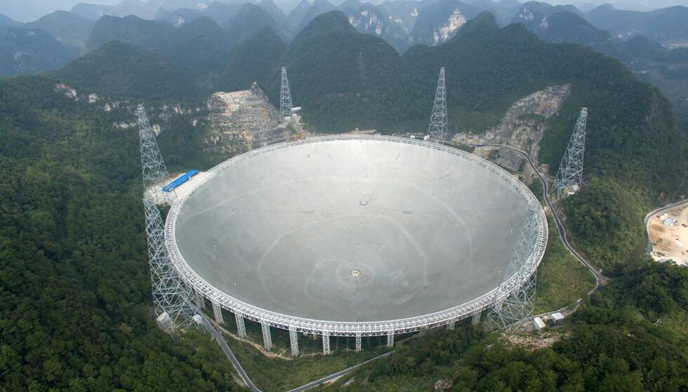 KINA: Verdens største radioteleskop sto klart i Kina i slutten av september. Det skal brukes til å søke etter utenomjordisk liv. Foto: China Daily / Reuters