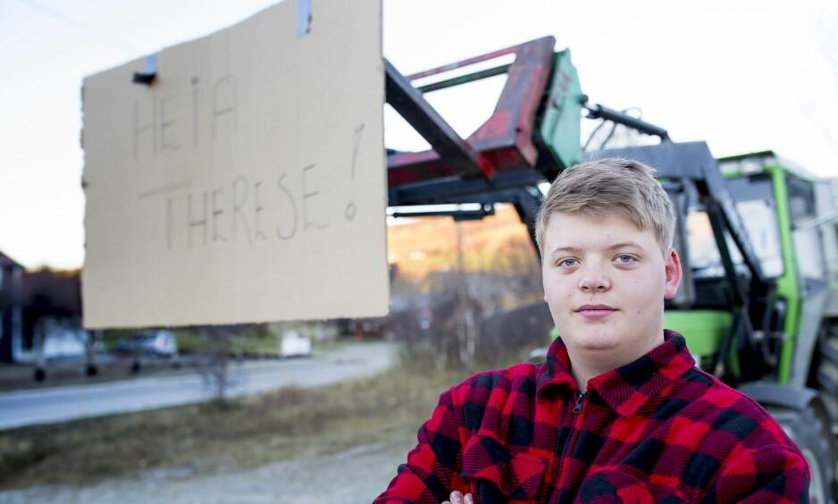FULL STØTTE: Emil Berg Lystad (16) trillet ut traktoren og hengte på en selvlagt plakat for å vise sin støtte til Therese Johaug. Foto: Sveinung U. Ystad, Dagbladet