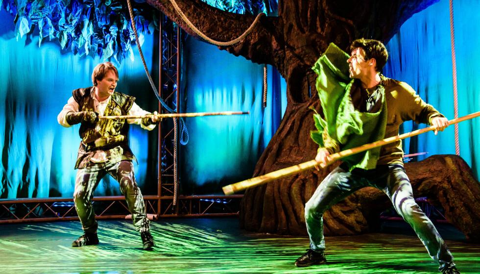 HAN ER ROBIN: Henrik Hoff Vaagen (til høyre) spiller tolvåringen som sammenligner seg selv med Robin Hood. Her i tvekamp med Tom Styve som Lille John. Foto: Gisle Bjørneby, Teater Innlandet