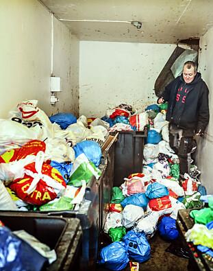 SØPPELKRISE: Etter at Veireno tok over søppelhentingen i hele Oslo, vokste søppelbergene. Her gikk vaktmester Robert Schaug ved Solfjellet borettslag på Haugerud i Oslo i borettslagets sppelrom høsten 2016. Foto Stein J Bjørge
