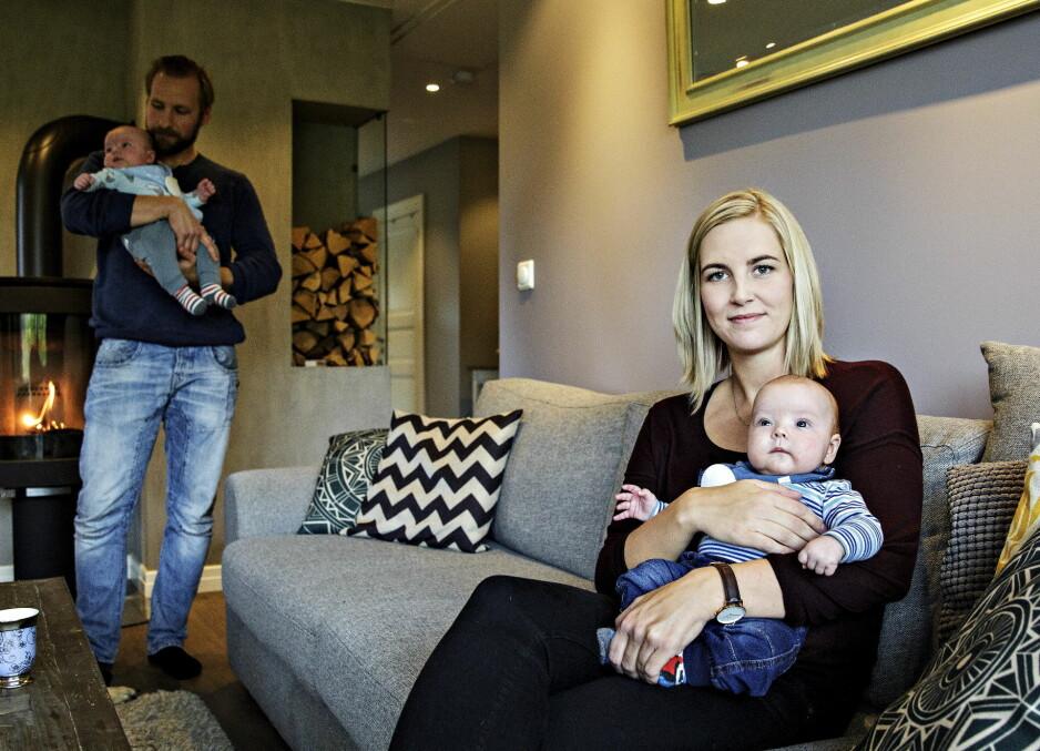 RØFF START: - Nå går det greit, det var litt verre i starten, sier Andreas Kjensli (bak). Samboeren Ida Høiland (29) fikk blodpropp i beinet før tvillingene Henry og Niklas var én måned gamle. Foto: Nina Hansen