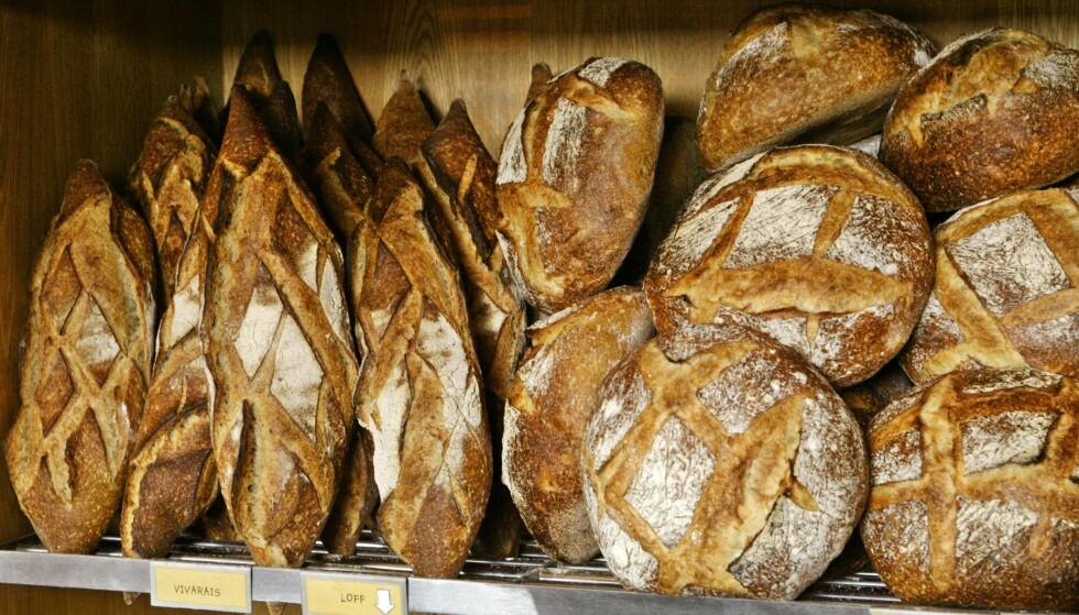 MINDRE GLUTEN. Brødene fra de store brødfabrikkene inneholder ofte mer gluten enn bakervarer fra små bakerier. Her brød på Åpent Bakeri på Damplassen. FOTO OLAV OLSEN