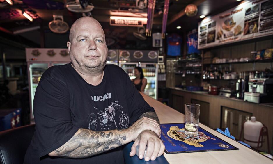BAREIER: Terje Salvesen (52) har i flere år drevet Kåres Partybar i Pattaya sentrum. Han opplyser til Thailands Tidende at baren holder åpent under sørgeperioden i Thailand, og at det i tråd med myndighetens retningslinjer. Bildet er tatt i forbindelse med en tidligere reportasje. Arkivfoto: Ralf Lofstad / Dagbladet